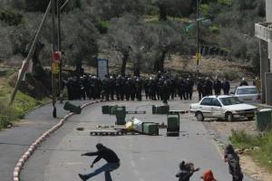 شباب فلسطيني يقاوم جنود الاحتلال