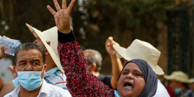 رفع شعار رابعة في تونس بعد فض إعتصام الرافضين لقرارات قيس