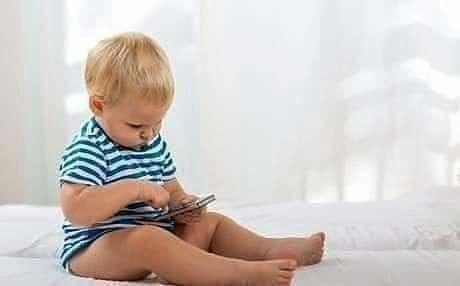 إحذري لعب طفلك بالموبايل ليس ذكاء